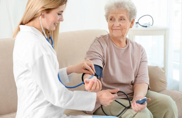 фото медсестра измеряет давление