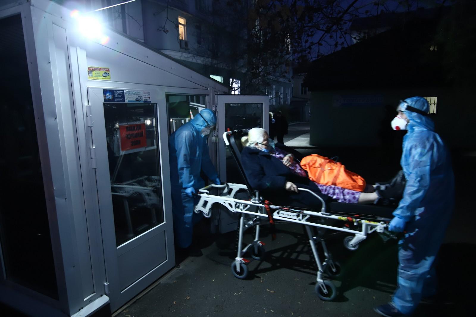 Врачи скорой доставляют пациента с коронавирусом