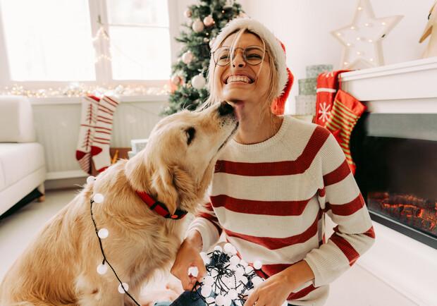 девушка с собакой под елкой