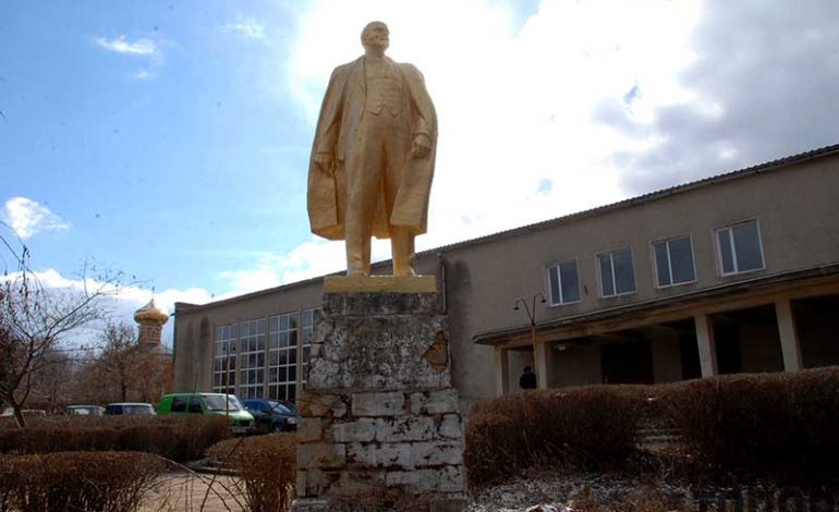 памятник Ленину в селе Калчево упорно сопротивляется декоммунизации