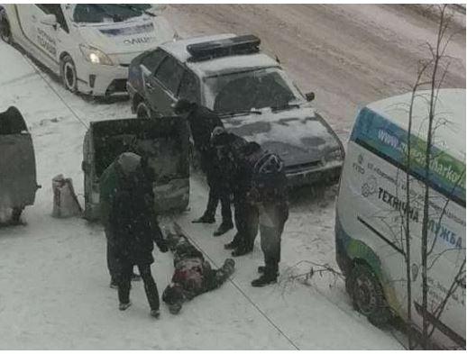полиция и труп у мусорницы