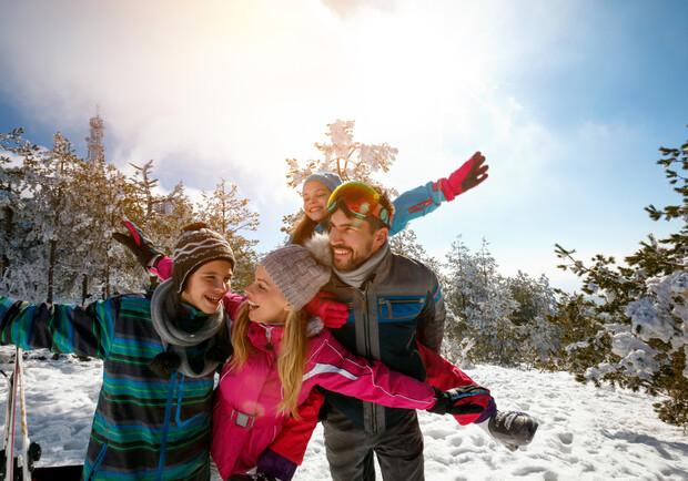 семья зимой на природе