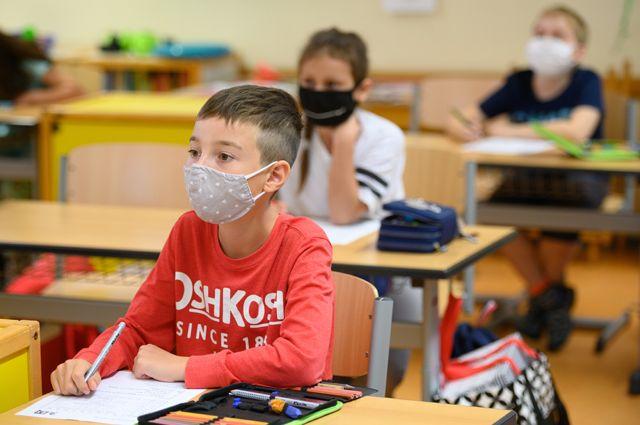 дети в масках за партой