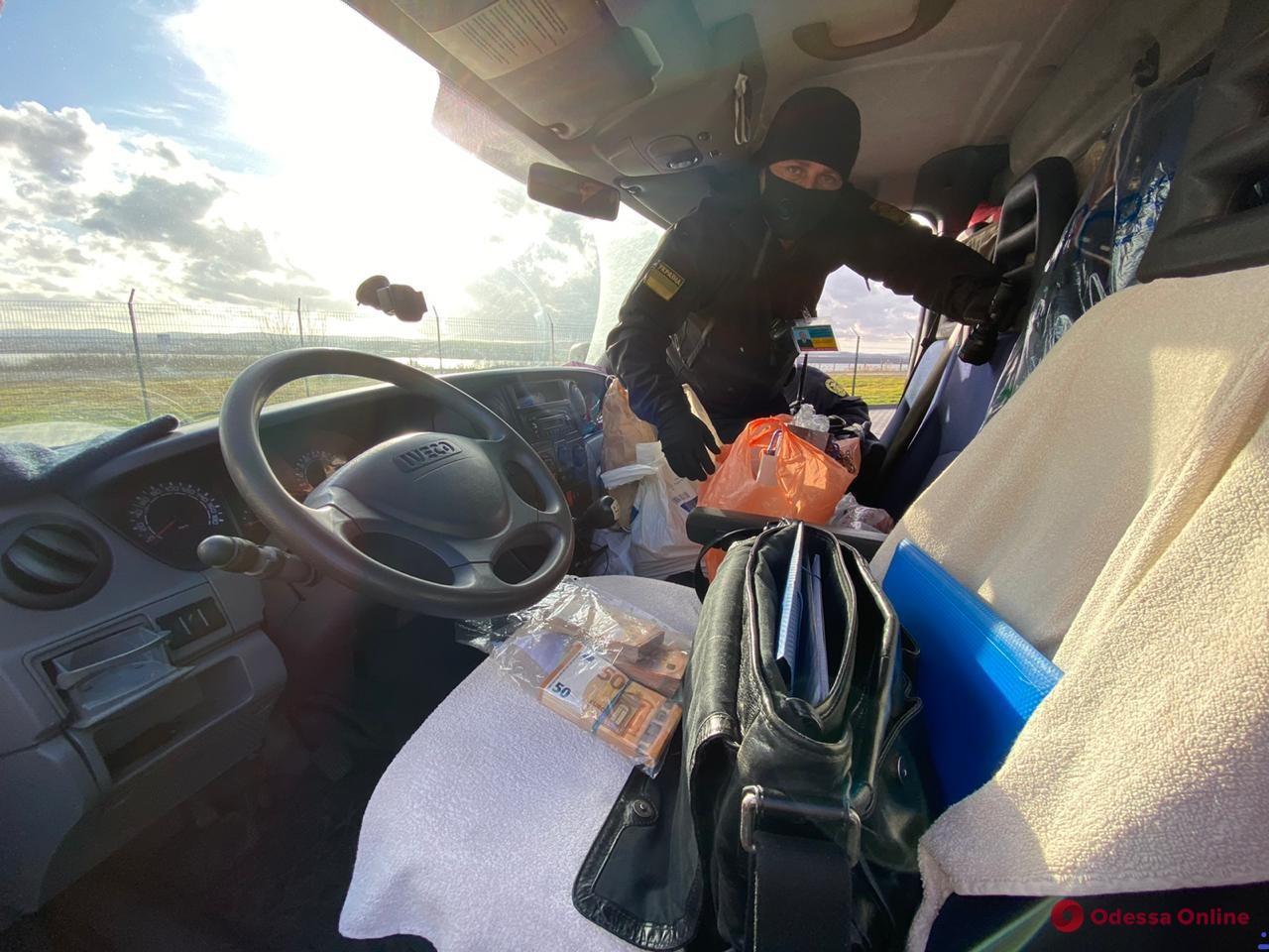 пограничники в кабине грузовика
