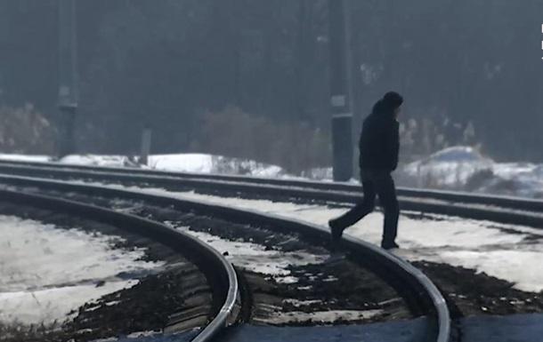 Парень ходит по путям