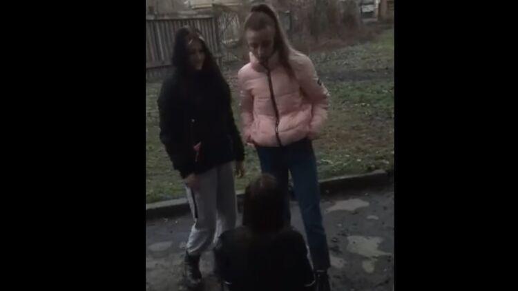 Школьницу поставили на колени