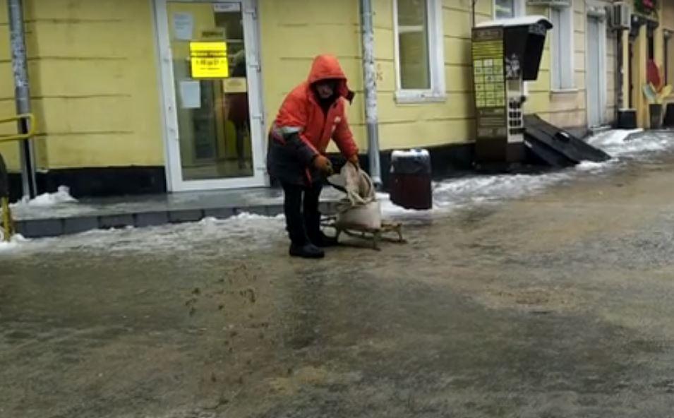 коммунальщики с солью