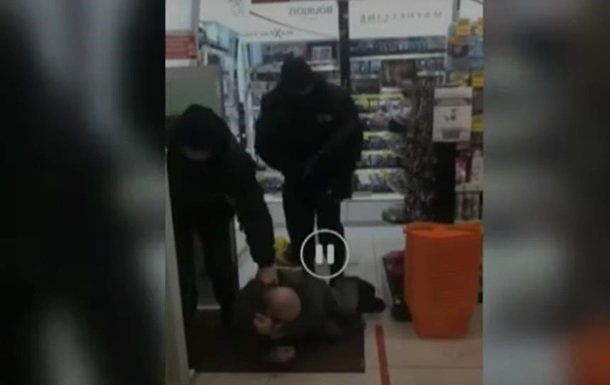 охранники избили мужчину