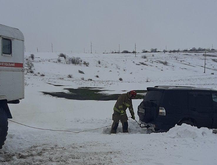 авто застряло в снегу