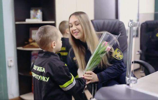 Маленькие спасатели поздравили украинок