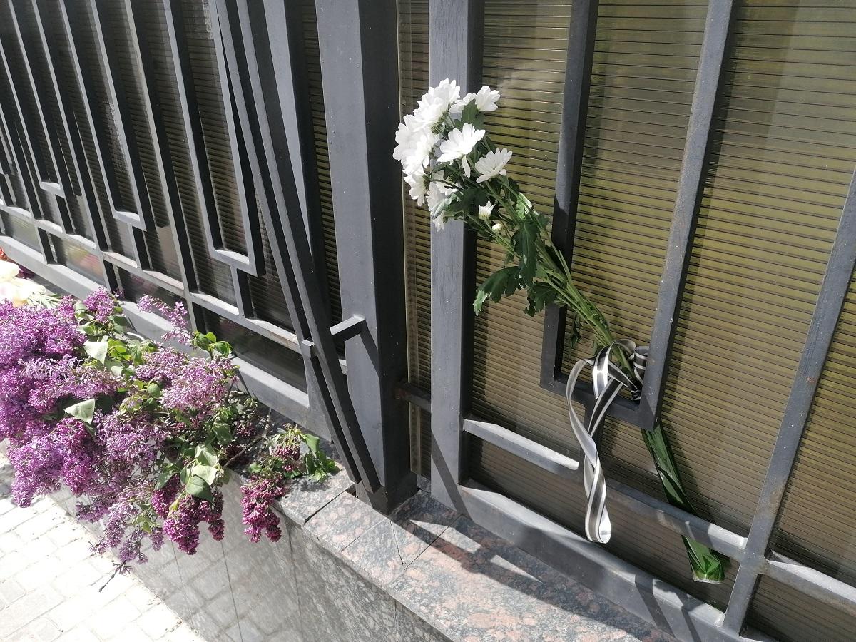 цветы у консульства рф1