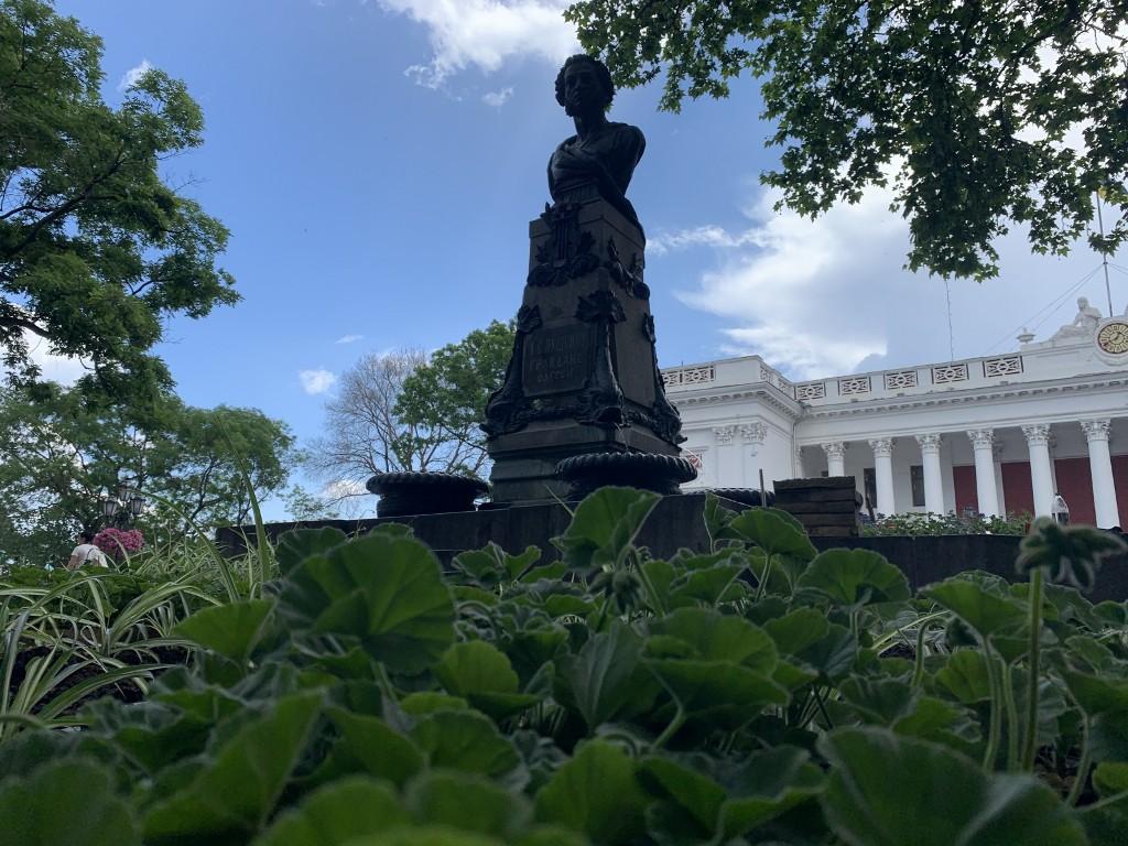 памятник пушкину цветы