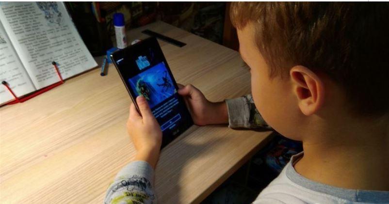 ребенок с осмартфоном